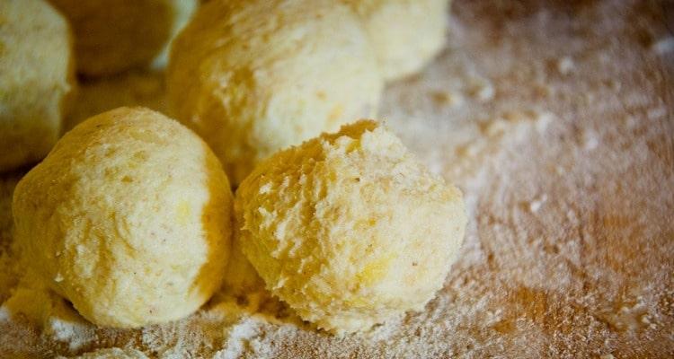 Картофельные клецки под тройным сырным соусом