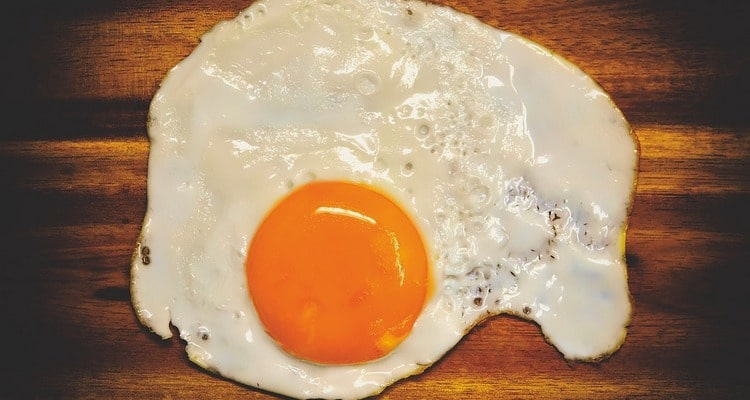 Оригинальная яичница с ветчиной на завтрак