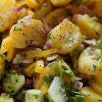 Летний салат из огурцов, зелени и варёного картофеля