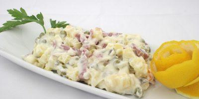 Простой салат с колбасой