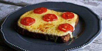 Горячие бутерброды с луком и сыром